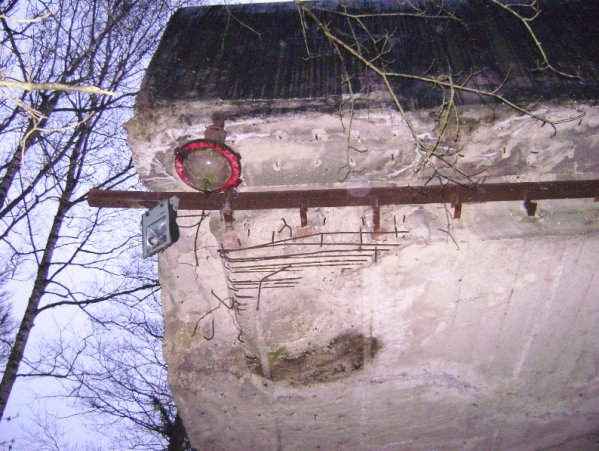 Rail de la porte coulissante et lumi�re � l'entr�e du tunnel