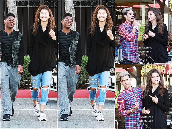 . 28/12/2014 : Zendaya accompagnée de ses amis a été aperçue dans L.A Côté tenue..J'aime assez son jean boyfriend et puis le reste moins.. Et toi, qu'en penses-tu? .