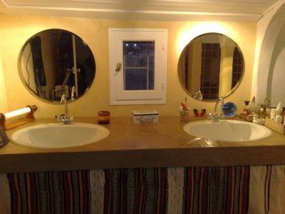 Salle de bain douche tadelakt aux murs b ton en plan de for Plan de travail salle de bain