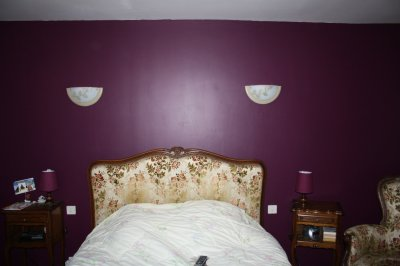 Mur en satinelle aubergine et gris de su de la for Chambre gris et aubergine