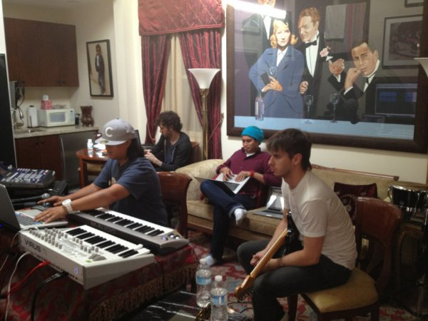 "Chad en studio avec ...  - 1er août 2012  - ""Yard Noise Manor"""