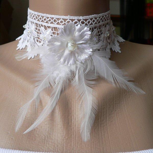 Ras de cou en dentelle, plume, perle et fleur en tissu
