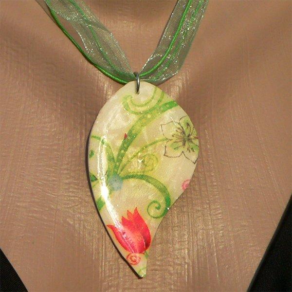 Pendentif fimo printemps au motif floral