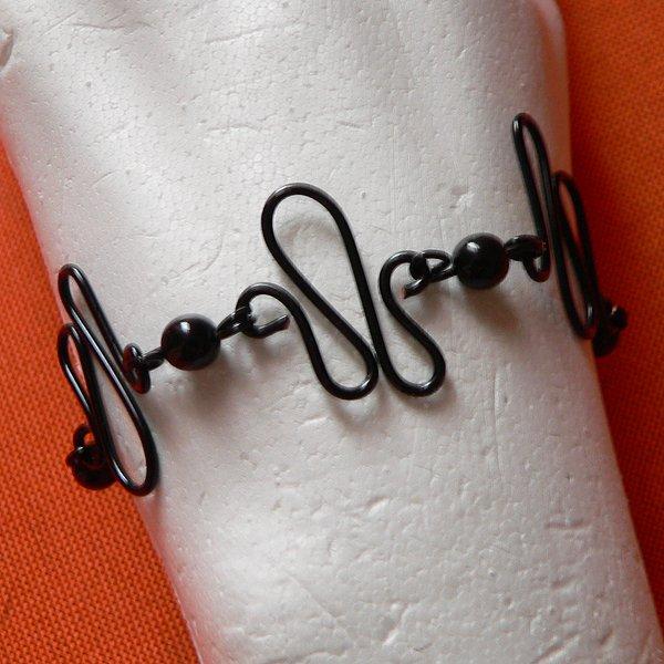 Bracelet en fil de fer noir (zig-zag) et perles nacr�e cir�es