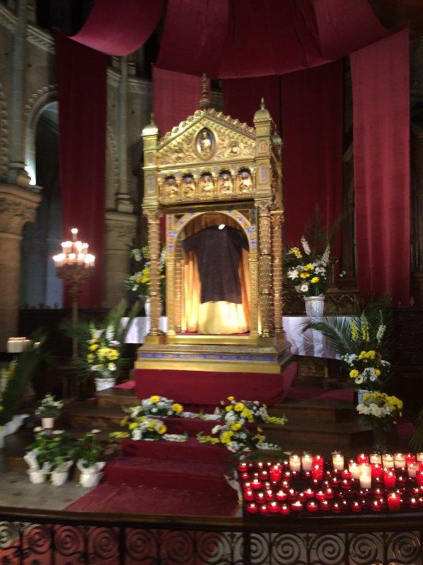 La Sainte tunique de J�sus vu � la Cath�drale d'Argenteuil photographi� par mon  fils Emmanuel qui travaille � Argenteuil....merci Emmanuel d'avoir fait plaisir � ta maman ... Dieu te le rendra.... au centuple...