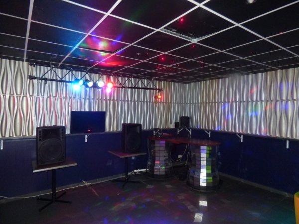 Le Kitch r�nov� - (Partie avant) / Et aussi notre salle (GOLD FM) arri�re super �quip�e !