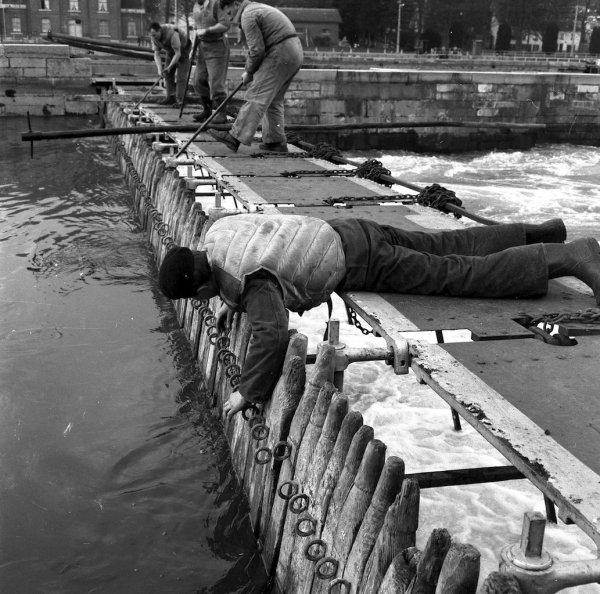 Le dangereux travail des barragistes-�clusiers de La Plante � la fin des ann�es 50...