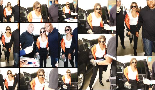 07.04.16 ─ Sel' a �t� photographi�e en arrivant � l'a�roport �  LAX � qui se situe dans la ville de  Los Angeles.[/s#00000ize]Un fan aurait aper�u Selena et Vanessa Hudgens dans le m�me avion, les deux amies auraient-elles pris un vol ensemble vers Miami ? A confirmer !  [/alig fen]