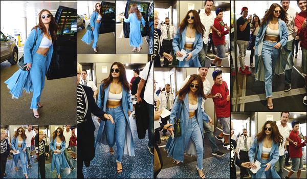 09.04.16 ─ Selena  a �t� aper�ue en arrivant � l'a�roport national de Miami afin de rentrer � Los Angeles, CA.[/s#00000ize]Miss Gomez a profit� de ce s�jour � Miami pour passer du temps avec son amie Vanessa Hudgens puisque cette derni�re a post� un snap avec elle ![/alig fen]
