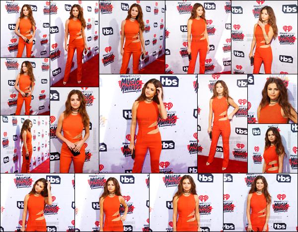 03.04.16 ─ Selena G. a foul� le tapis rouge des � IHeartRadio Music Awards � qui se d�roule �   Los Angeles. [/s#00000ize]Et ce fut une soir�e plut�t riche en �motions pour la jeune chanteuse puisqu'elle a remport� un prix dans la cat�gorie Biggest Triple Threat, congrats ![/alig fen]