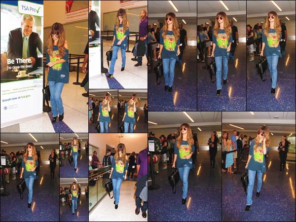 10.07.16 - Selena a �t� photographi�e en arrivant � l'a�roport �  LAX �, se situant dans la ville de Los Angeles ! [/s#00000ize]La starlette s'appr�tait � prendre un vol direction le Canada afin d'y donner un concert dans le cadre d'un festival de musique, vous aimez sa tenue ?[/alig fen]