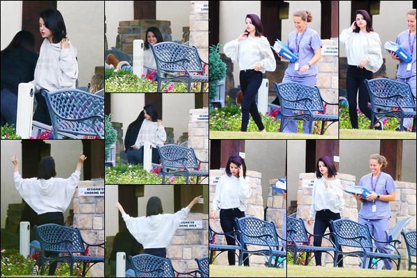 13.10.16 ─ Selena Gomez a été vue par des pap's dans son centre de  réhabilitation, qui se situe au Tennessee. [/s#00000ize]Nous avons enfin quelques nouvelles de la jeune chanteuse ça fait plutôt plaisir. Selena semble aller bien et c'est tout ce que l'on peut lui souhaiter ![/alig fen]