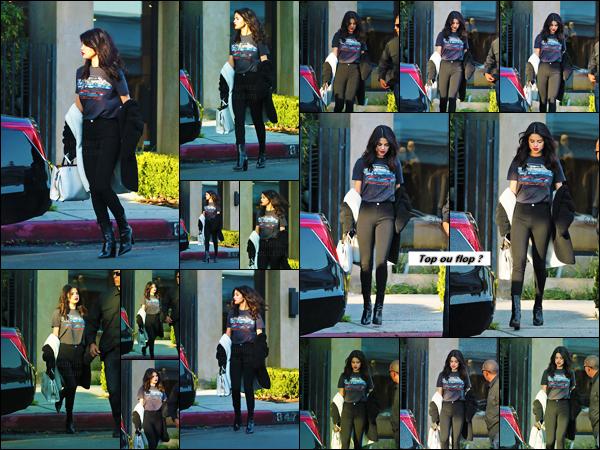 """'""""05.12.16'"""" ─ Selena Gomez a été vue quittant le salon de beauté Nine Zero One se trouvant à West Hollywood. [/s#00000ize]Il semblerait donc que la Gomez se soit accordée un peu de temps pour prendre soin d'elle. Au niveau de la tenue : c'est assez basique, mais j'aime ![/alig fen]"""