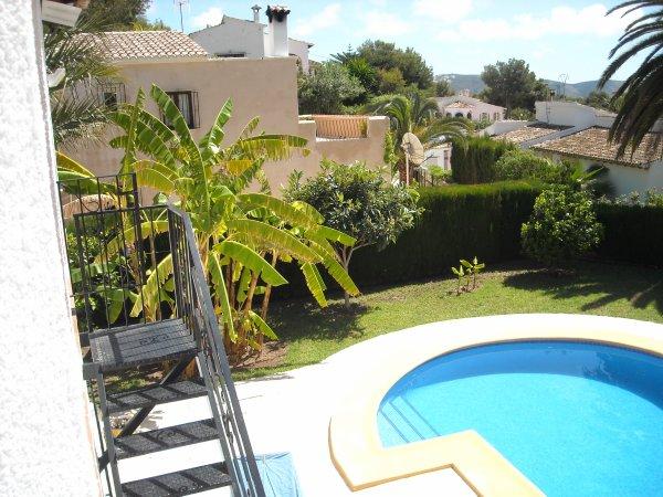 Vue de la piscine, de la Mer et de la verdure � partir de la terrasse et du salon