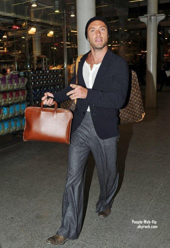 Jude Law en arrivant a Londres (vendredi (Janvier 20), à ...