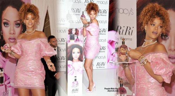 "Rihanna a fait la promotion de son nouveau parfum "" RiRi by Rihanna "" au Downtown Brooklyn chez Macy. (lundi (31 Ao�t) � New York.)"