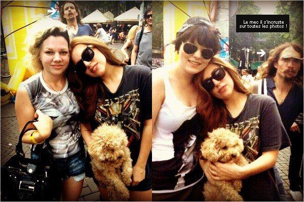 """. 20/08/2012 - Lady Gaga a tweeter le MonsterVision N°7 qui se nomme """"The Adventures Of Marry Jane Holland"""" (+) Lady Gaga posant avec des fans à Amsterdam. Nous ne savons pas pourquoi Gaga est allée à Amsterdam.   ."""
