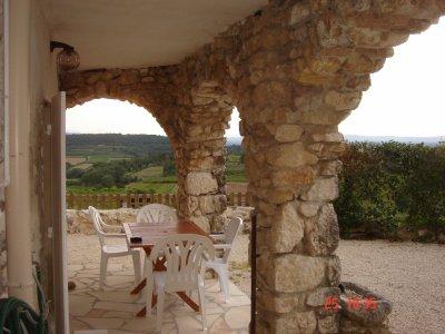 Voici la petite terrasse du bas, pour d�jeuner � l'ombre tout en profitant de la vue.