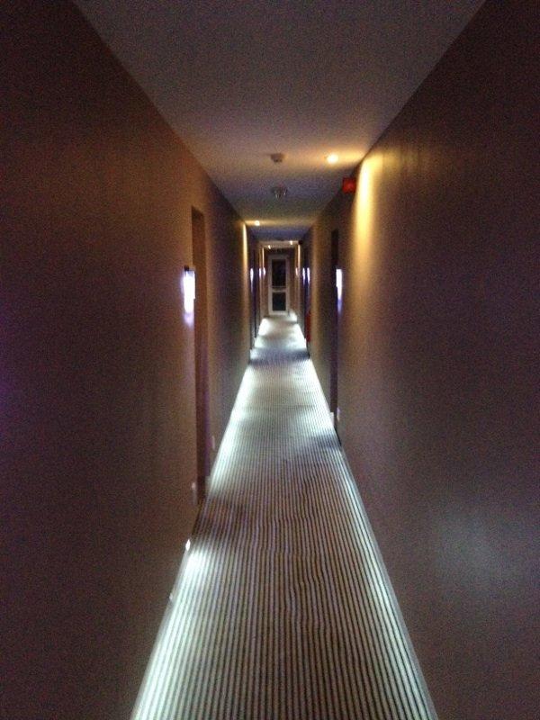clairage de plancher dans le couloir de l 39 h tel clione. Black Bedroom Furniture Sets. Home Design Ideas