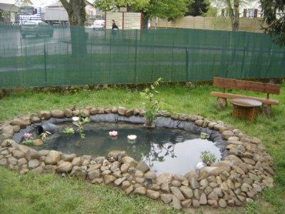 Petit lac au fond du jardin deco jardins et maisons for Decoration de bassin exterieur