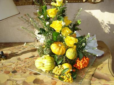 Coloquintes et roses jaune lemondedesfleurs - Composition florale avec fruits legumes ...
