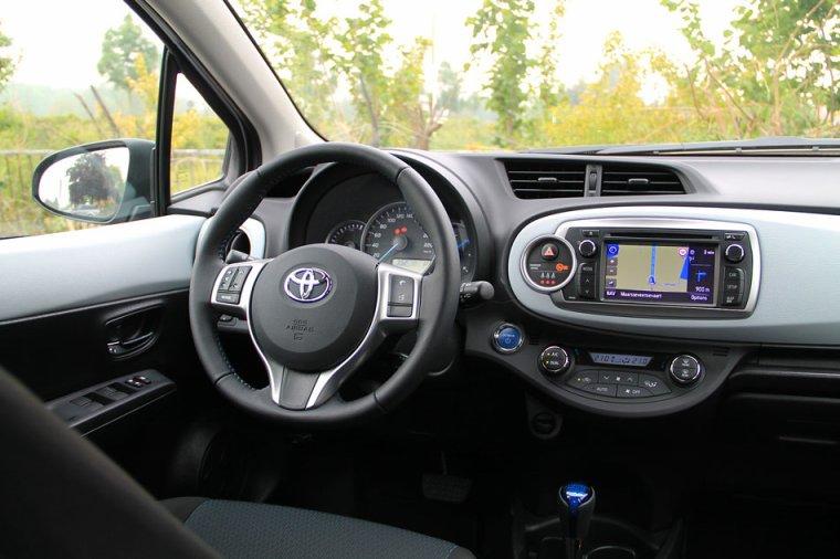 Toyota yaris peugeot 208 le duel newschool toofu for Interieur yaris hybride