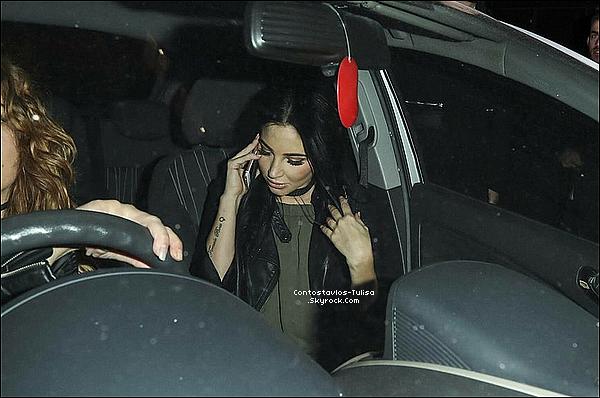 """24.09.16  - Tulisa quittant la boîte """"The Libertine Club"""" à Londres, téléphone en main."""