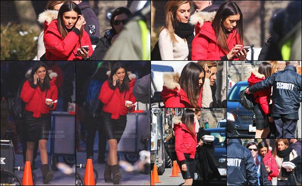 05/04/16 : Nina Dobrev a �t� photographi�e sur le tournage de xXx: The Return of Xander Cage - � Toronto. Je pense que cette doudoune rouge est la pr�f�r�e de Nina. Evidemment, Nina est toujours magnifique - j'ai tellement h�te de la voir dans ce film !