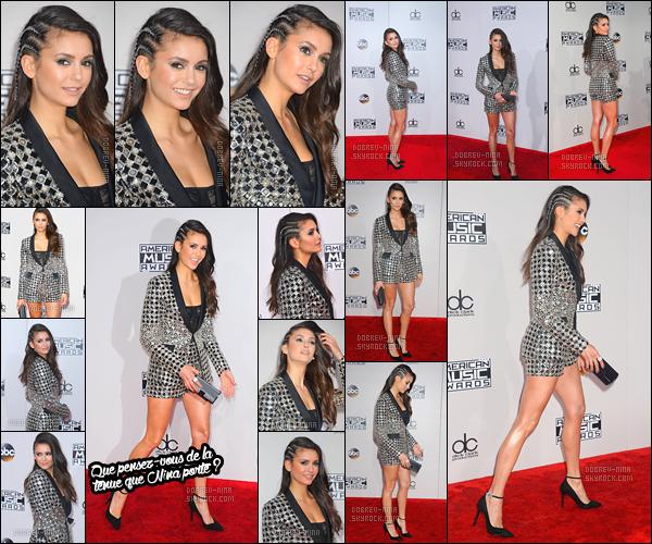 20/11/16: La belle actrice, Nina Dobrev était à la cérémonie des « American Music Awards » à Los Angeles. Honnêtement je n'aime pas la tenue, je trouve qu'il y a trop de motifs puis je n'aime pas la coiffure non plus - Un flop pour moi - TON AVIS ?