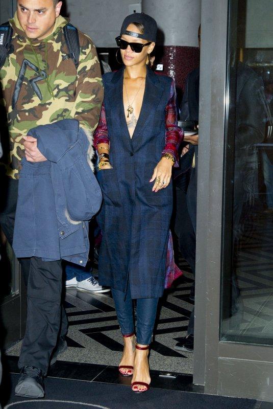 Le 05 Mai 2013              Rihanna quitte son hôtel à New York