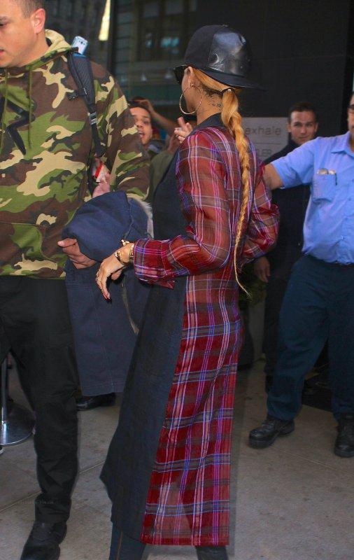 Le 05 Mai 2013              Rihanna quitte son h�tel � New York