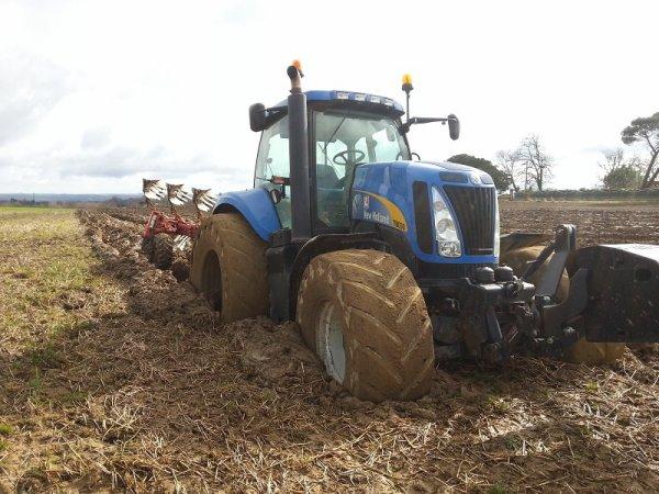 tracteur dans la boue dans un champs de bl� chez nous