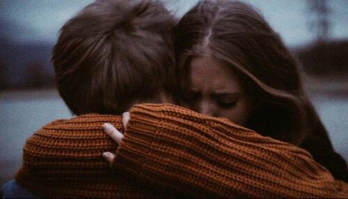 """""""Car (ils) étaient unis par un fil [...] qui ne pouvait exister qu'entre deux individus de leur espèce, deux individus qui avaient reconnu leur solitude dans celle de l'autre."""" - Paolo Giordano"""