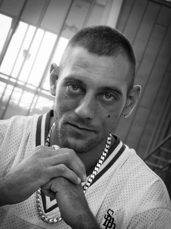 bonjour petite pub pour ma page facebook VESONTIO Adrien modèle photo homme amateur