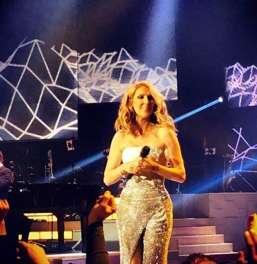 C�line �tait de retour � Las Vegas hier soir le 20/09, et avec les cheveux + longs. Elle a remis ses rajouts ? Et alors ? Mais c'est la question que tout le monde se pose que les r�seaux sociaux !! lol