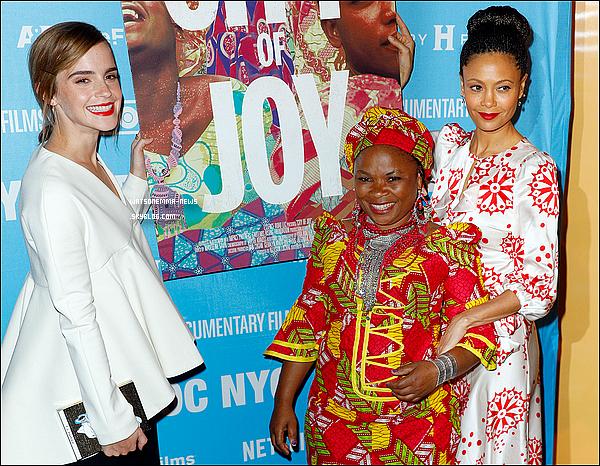 """. 11/11 : Emma était à la première du documentaire """"City of joy"""", ce qui semblait lui tenir à c½ur ! Sa tenue est très simple mais elle reste très jolie. Ça fait toujours plaisir de la voir à des événements un peu partout dans le monde !  ."""