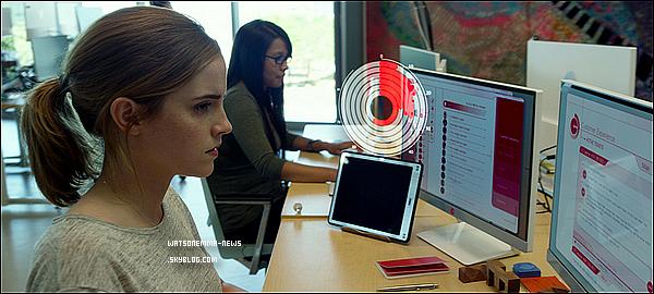 . Voici la première bande-annonce (en VO) du prochain film d'Emma Watson et de Tom Hanks, The Circle ! Je suis vraiment excitée de voir ces deux acteurs jouer côte à côte ! J'ai également hâte de voir la promotion autour du film... .