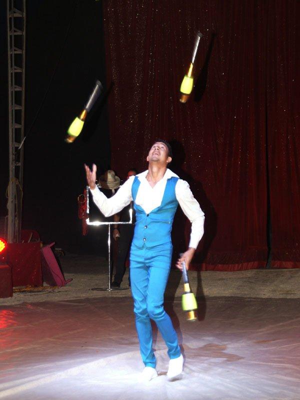 Cirque medrano le spectacle 1 cirque circo - Image jongleur cirque ...