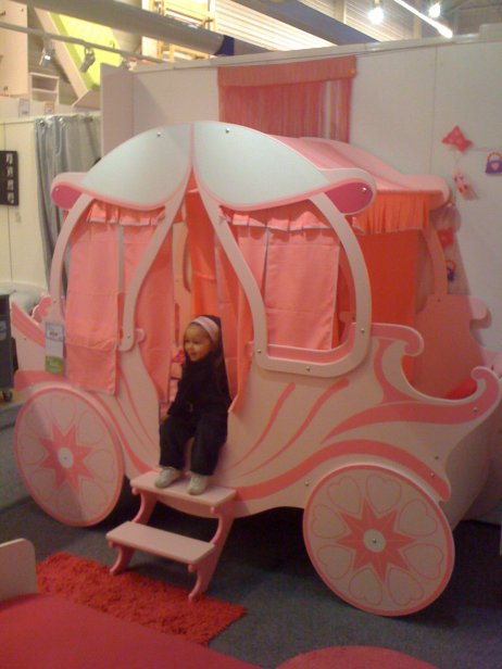 Petit tour dans le magasin but ma princesse ne lachez plus ce super lit c - Lit carrosse de princesse ...