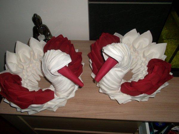 distributeur de serviette cygne bordeau et blanc blog de pliageserviette. Black Bedroom Furniture Sets. Home Design Ideas