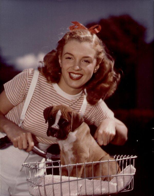 1946 Norma Jean Baker devient Marilyn Monroe.