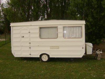 une pliante fleurette un peu angulaire caravane ode la caravane. Black Bedroom Furniture Sets. Home Design Ideas