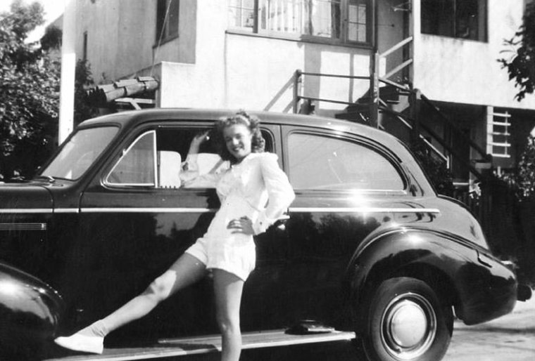 """""""Les années Jim"""" : Ce qu'a relaté Marilyn de sa vie de femme mariée ne correspond en rien aux affirmations que Jim a faites beaucoup plus tard. Alors qu'elle raconte que la sexualité ne l'intéressait pas à cet âge et qu'elle considérait Jim plutôt comme un grand frère, lui s'étend sur l'initiation dont il a fait profiter sa jeune épouse. (sur les photos, Norma Jeane aux côtés de son mari et d'amis de ce dernier)."""