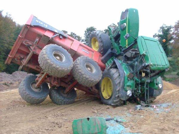 Accident Tracteur Agricole  sur l'axe D 149, entre Doudeville et Héricourt, un accident de la circulation impliquant un tracteur agricole. Suite à la perte de l'une des roues, le conducteur a perdu le contrôle du véhicule
