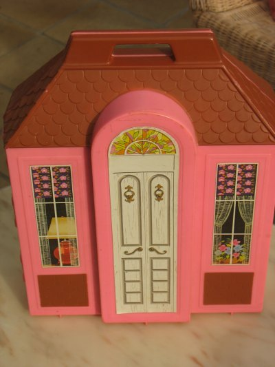 la maison portable de barbie dingue de poup es. Black Bedroom Furniture Sets. Home Design Ideas