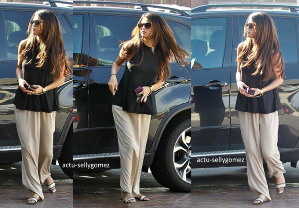 10 mars 2014 : Selena arrivant � l'a�roport JFK, � New York