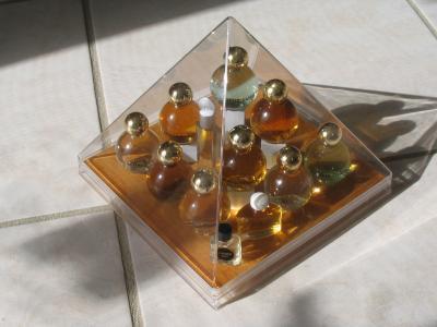 vitrine n 9 collection de miniatures de parfums. Black Bedroom Furniture Sets. Home Design Ideas