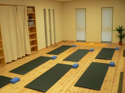 salle de yoga en service construction d 39 une maison. Black Bedroom Furniture Sets. Home Design Ideas