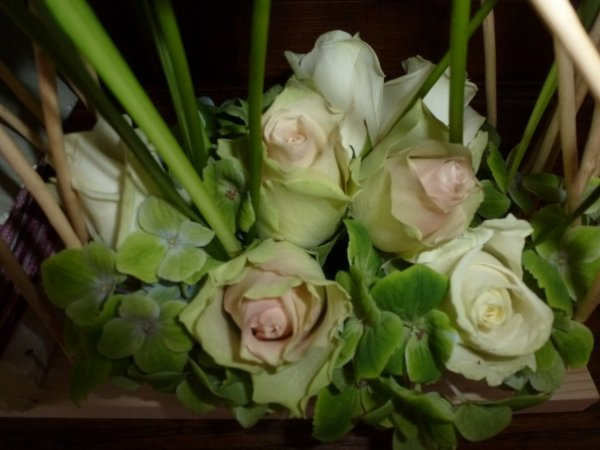 Une composition de saison avec comme th�me le nichoir et l oiseau agr�ment�e de roses hortensias et anthuriums
