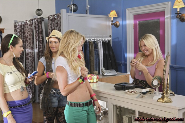 """D�couvrez les premiers stills de l'�pisode de � Happy Endings � o� Nicole appara�t !       �pisode 2, saison 2 """"BABY STEPS"""".  * Article concernant l'apparition de Nicole dans cette s�rie ici ! R�sum� : La ligne de v�tement pour b�b� avec slogan (""""Mets-moi au lit"""") d'Alex devient inopportun�ment populaire parmi les adolescentes, qui font de son magasin leur nouvel endroit favori. Elle sont aussi tr�s impressionn�e par Alex et Centime. Pendant ce temps, Jane canalise sa m�re int�rieure tandis qu'elle part � la recherche de sa """"fille d'oeuf"""", la fille, qui a maintenant 11 ans, pense qu'elle est le r�sultat de l'oeuf qu'elle a donn� � l'universit�.       –         TRADUCTION."""